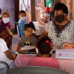 Cinco irmãos dividem o celular da mãe para estudar após a suspensão das aulas presenciais, em Itumbiara