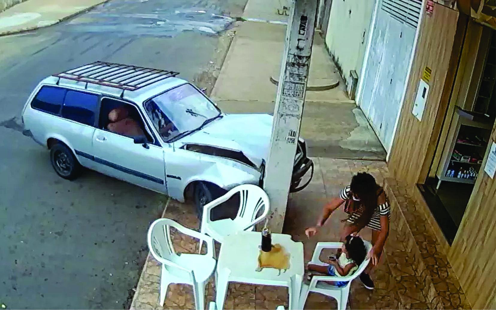 Mãe e filha pequena escapam por um triz de serem atropeladas por carro, que bate em poste