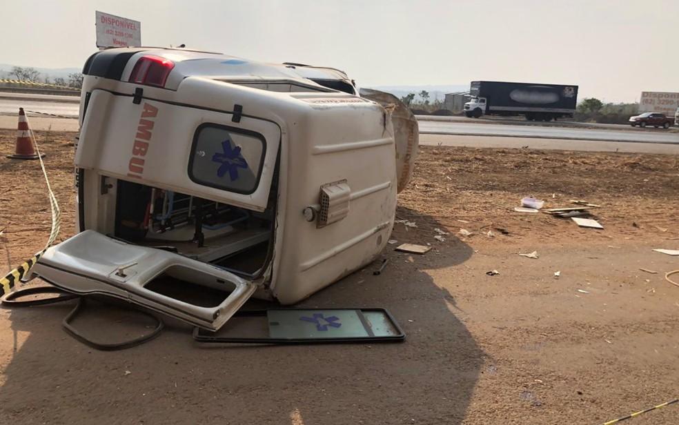 Ambulância capota, causa a morte de idoso e deixa três pessoas feridas na BR-153, em Hidrolândia