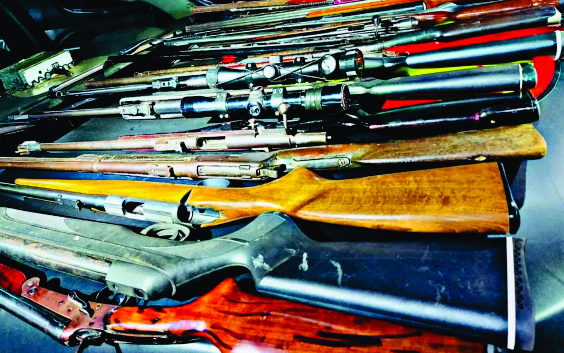 Homem é preso com quase 40 armas e centenas de munições em fábrica clandestina de armamento em Goiânia, diz polícia